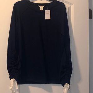 Navy blue sweatshirt with bows on the sleeves